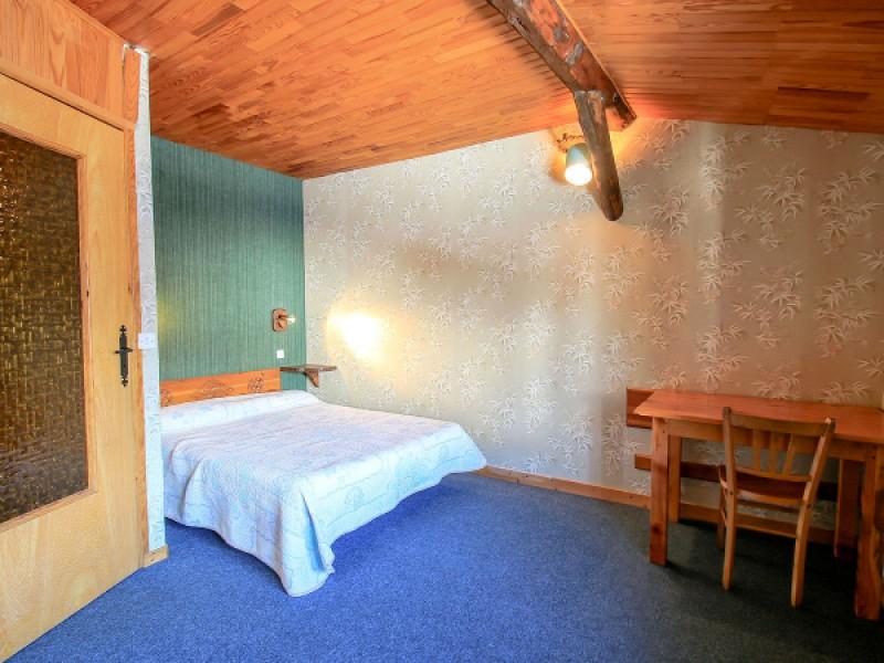 À l'étage, chambre avec un lit double de 140