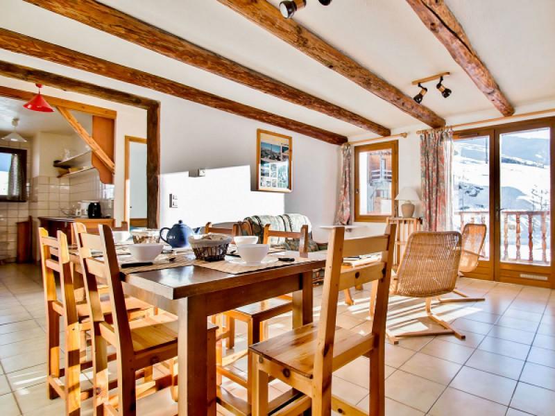 La salle à manger avec cuisine séparée