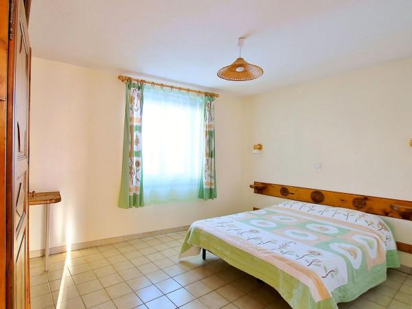 Première chambre avec un lit double de 140