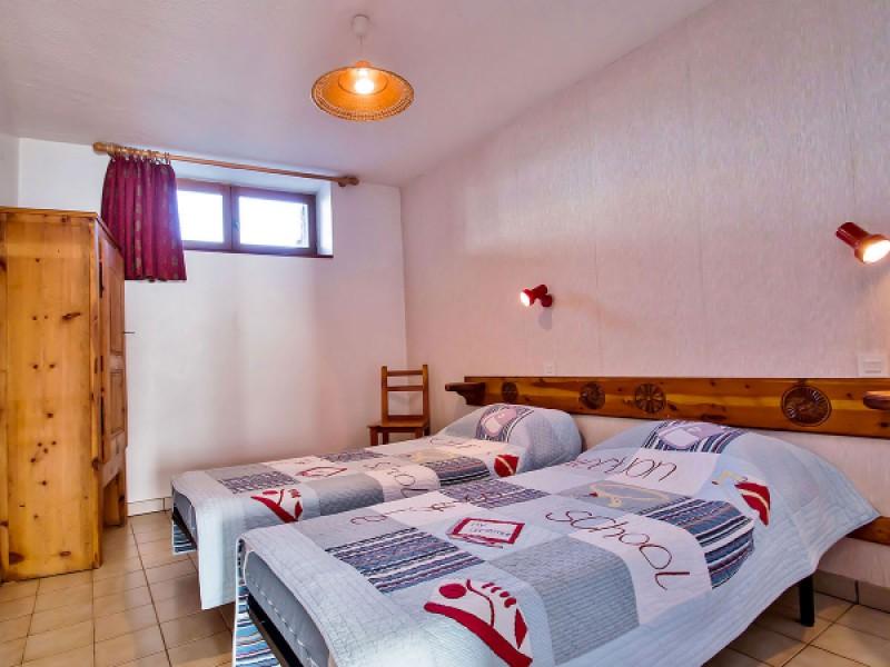 Deuxième chambre avec deux lits simples de 90